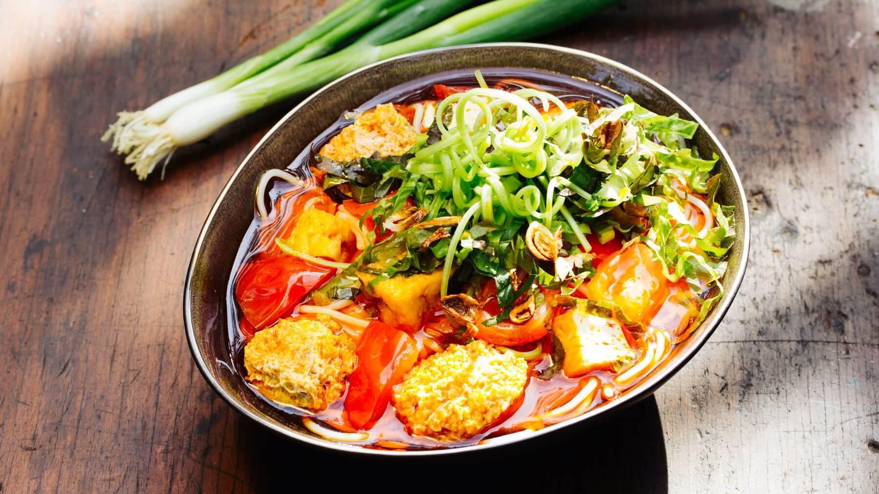Bun Rieu – Vietnamesische Suppe mit Krabbenfleisch