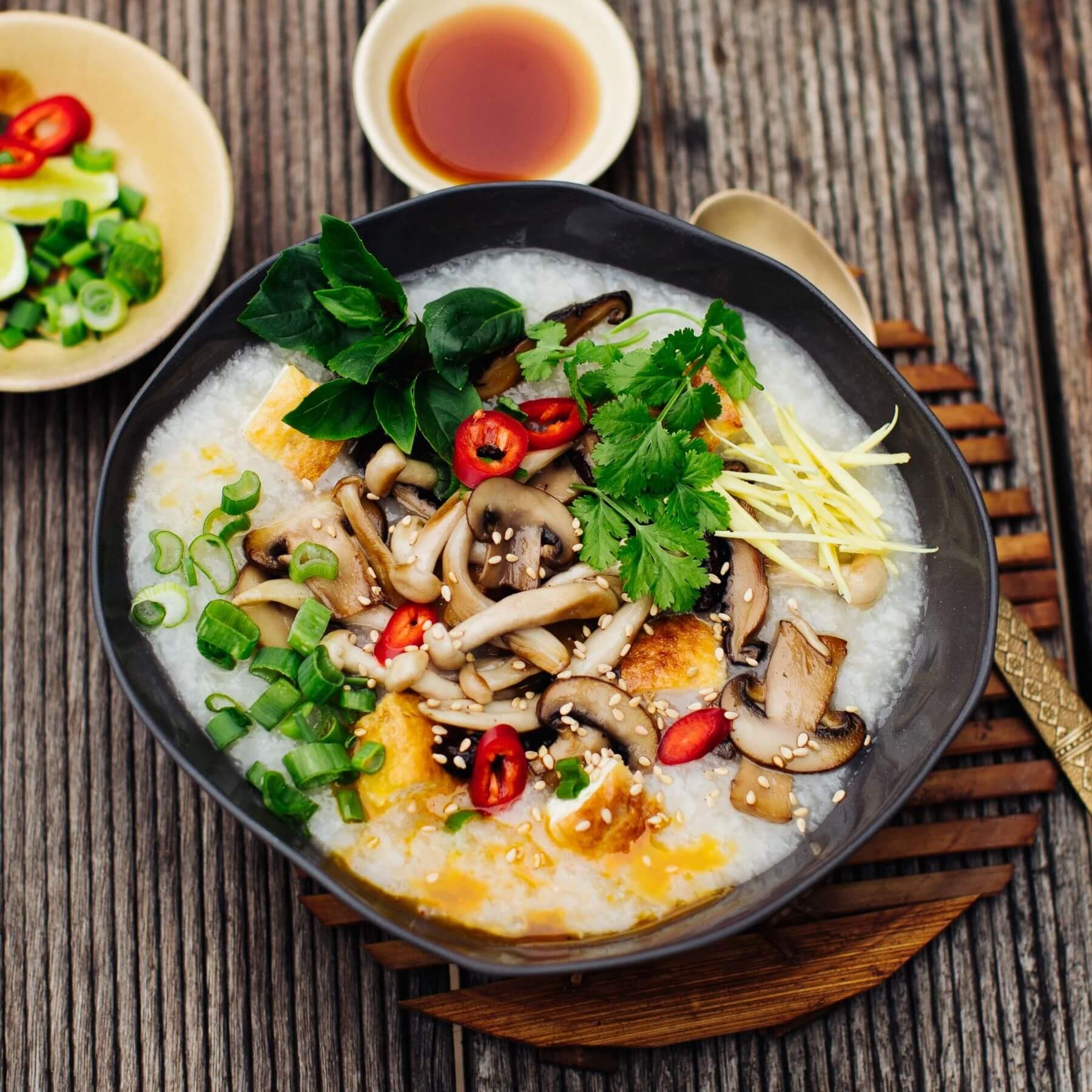 Congee – Reissuppe mit knusprigem Tofu, Pilzen und Ingwer
