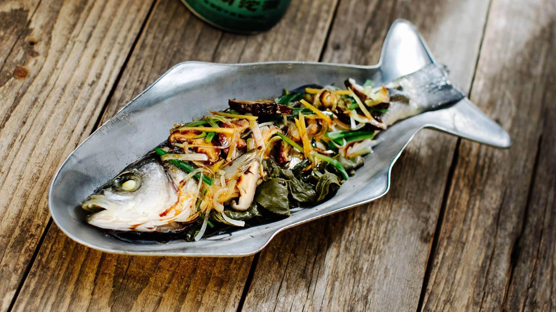 Gedämpfter Fisch mit Teeblättern