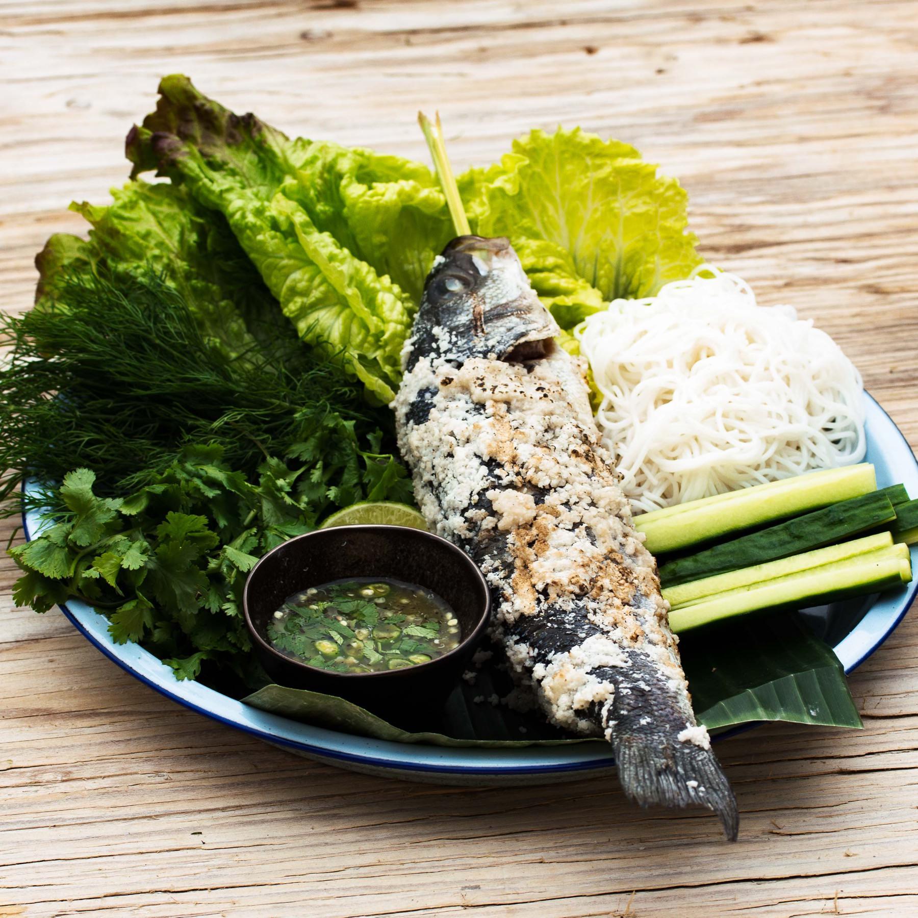 Gegrillter Fisch in Salzkruste mit Zitronengras - Plaa Phao Kleua