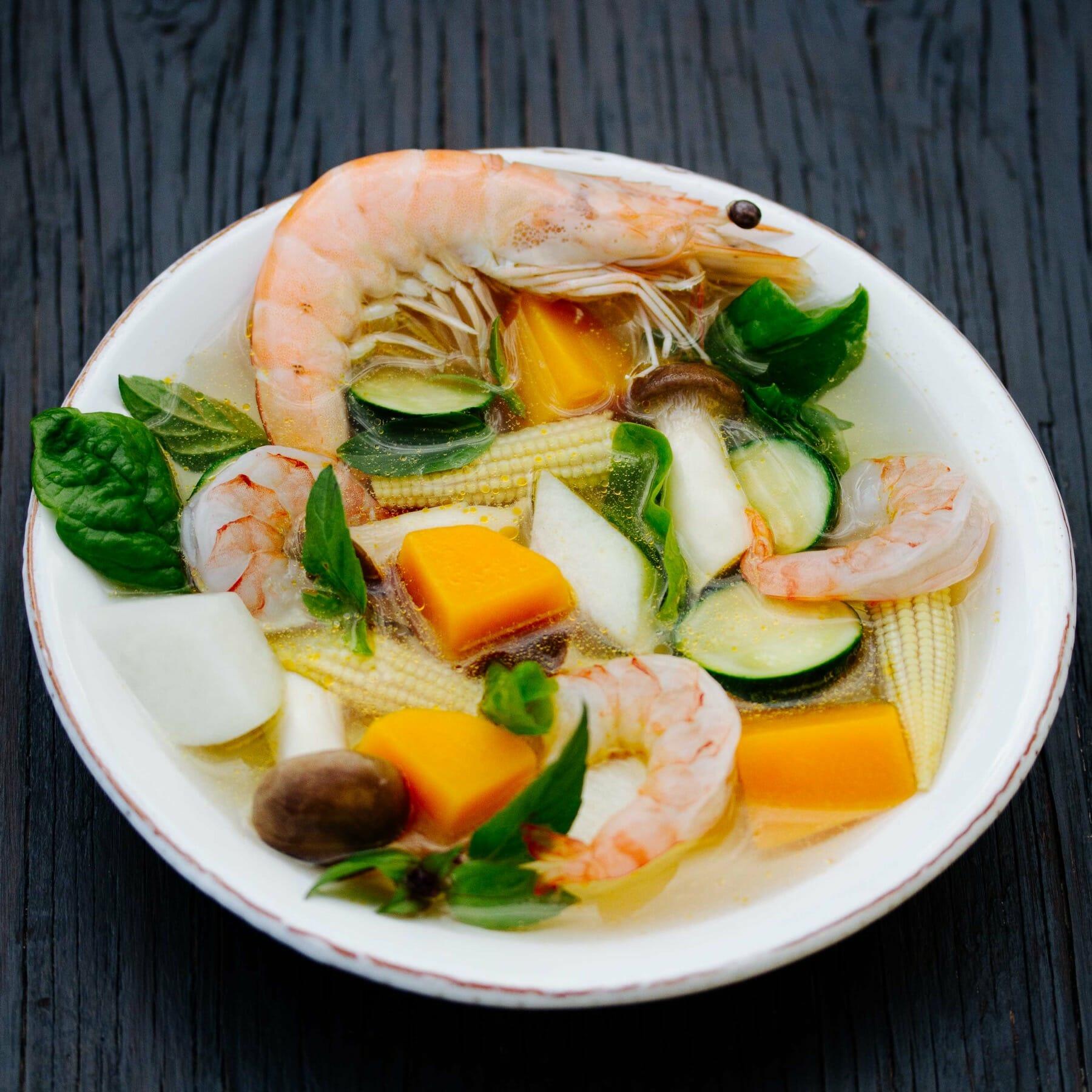 Scharfe Gemüsesuppe mit Garnelen und Thai-Basilikum - Kaeng Liang