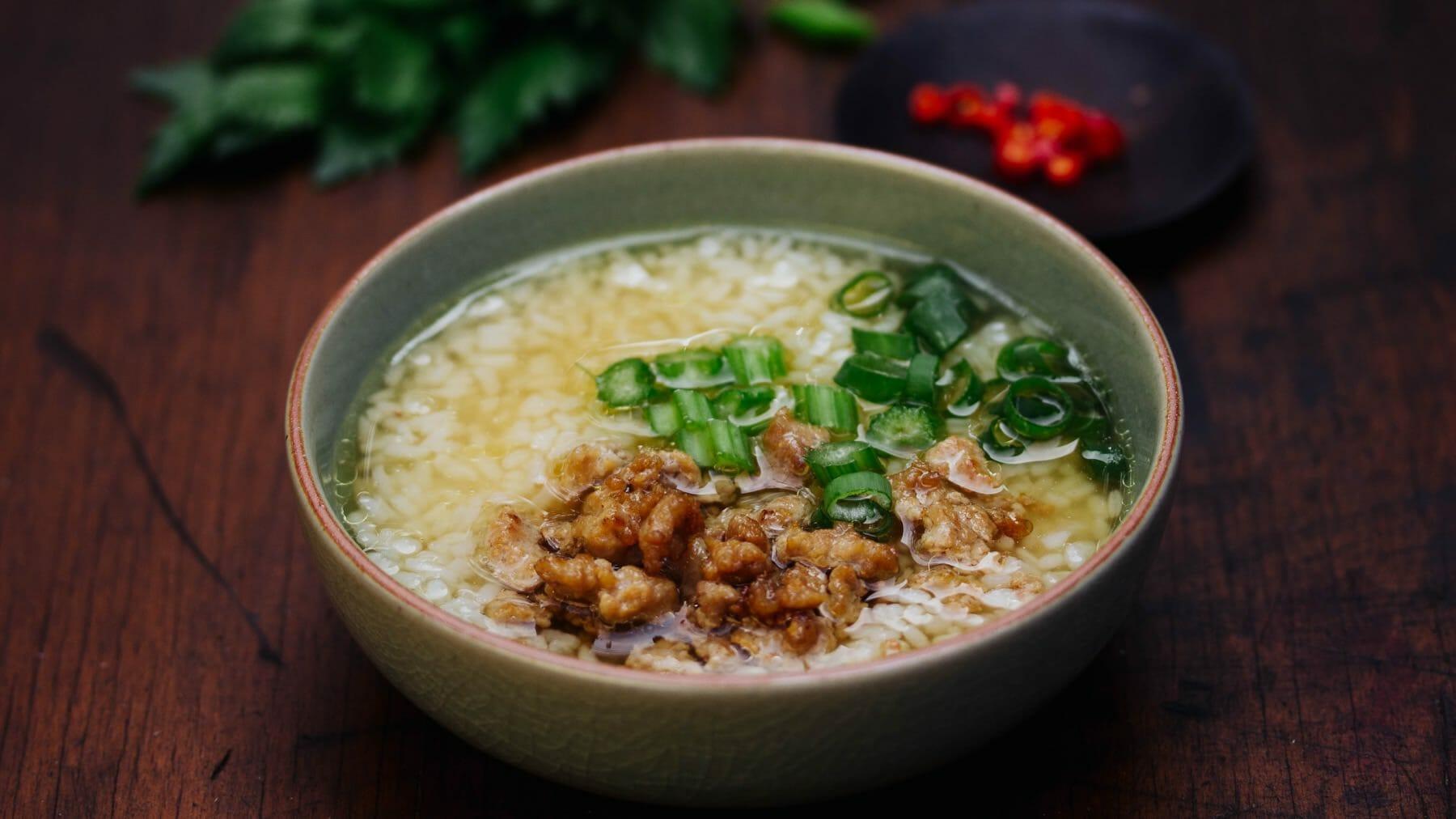 Thai-Reissuppe mit Schweinefleischbällchen - Khao Tom Gap
