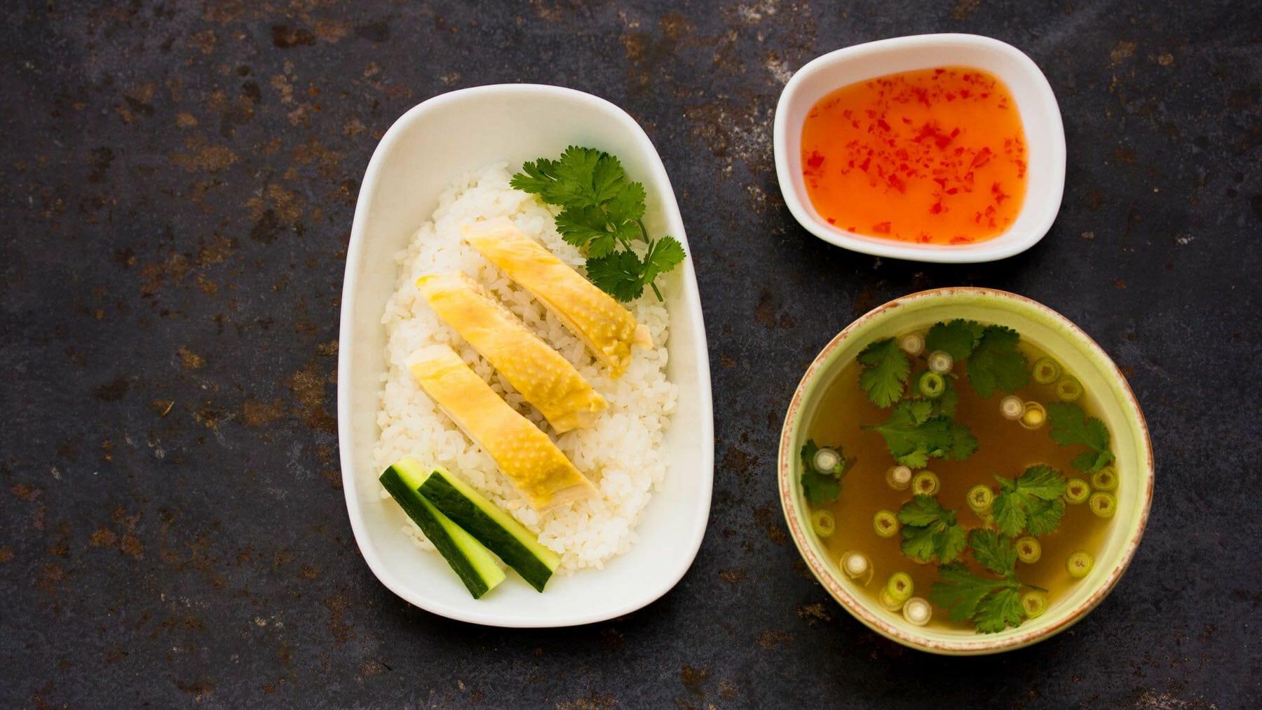 Saftiges Hähnchen mit aromatischem Reis - khao man gai