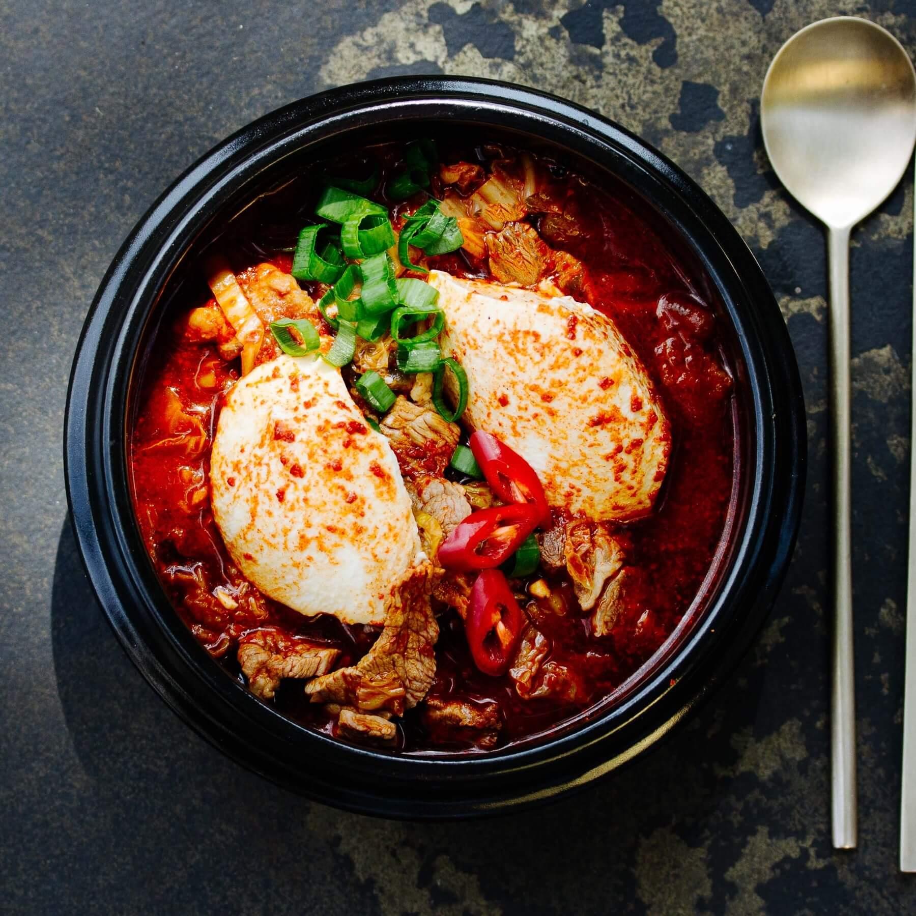 Scharfer Tofu Eintopf mit Kimchi aus Korea - Sundubu Jjigae