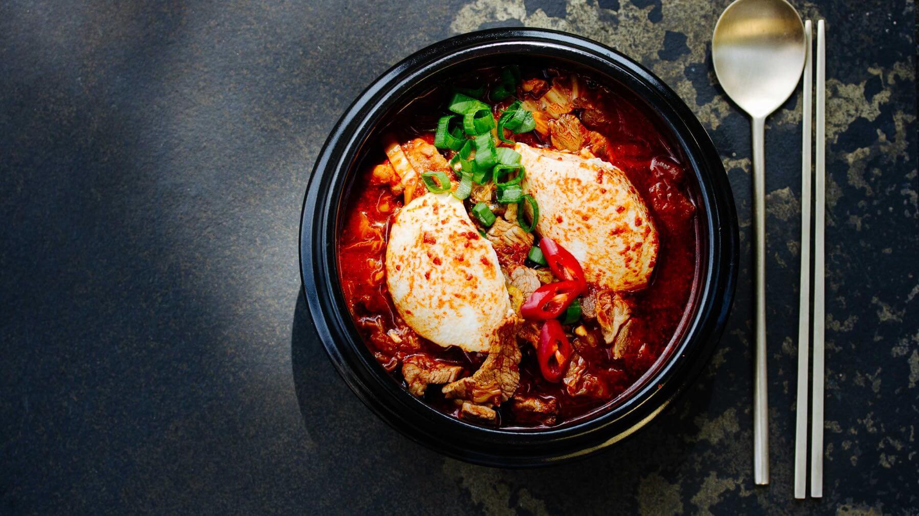 Scharfer Tofu Eintopf mit Kimchi aus Korea – Sundubu Jjigae