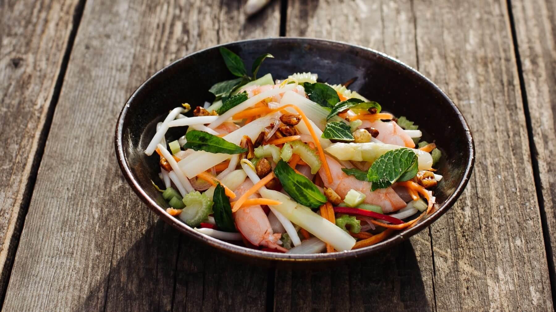 Vietnamesischer Salat mit Spargel und Garnelen