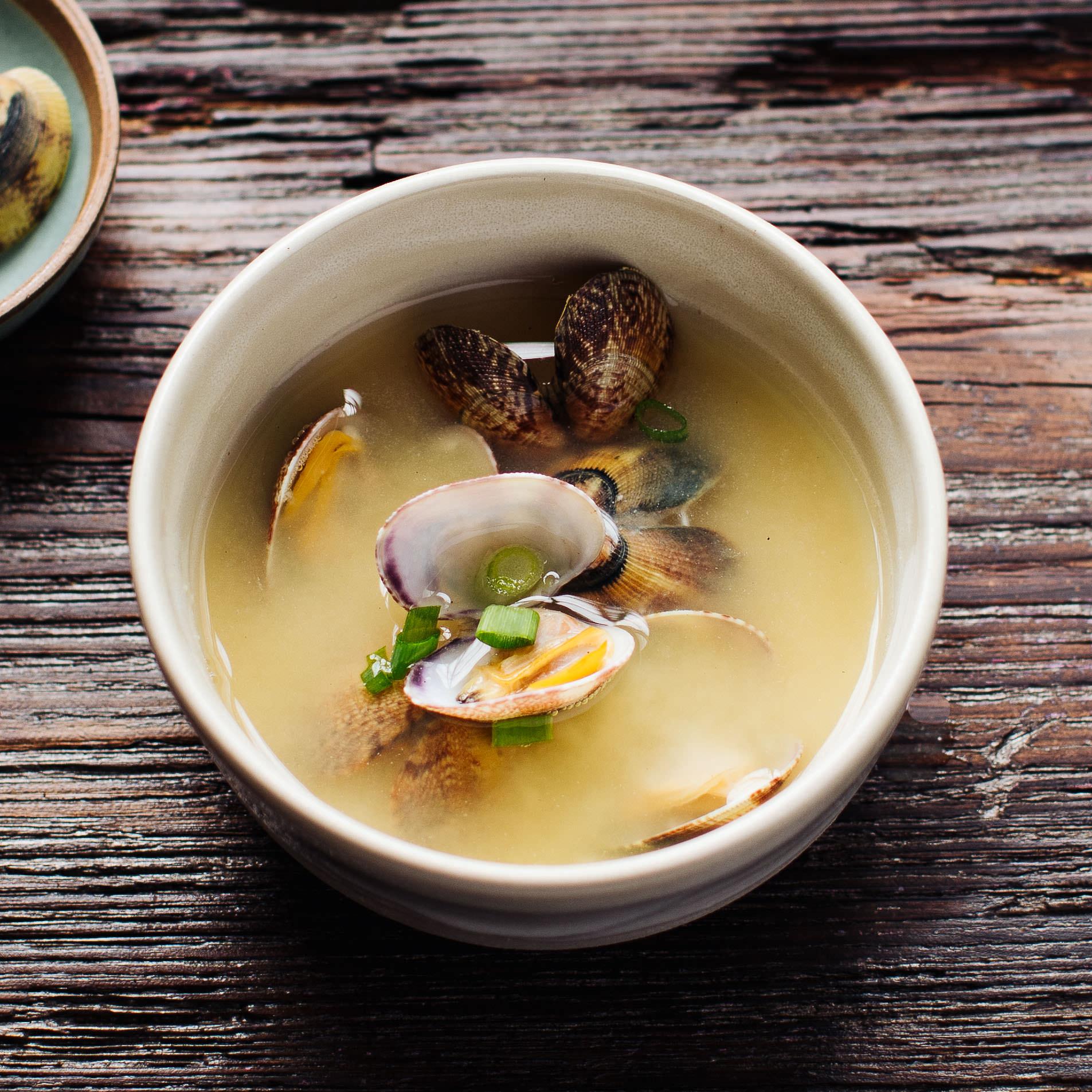 Miso-Suppe mit Venusmuscheln