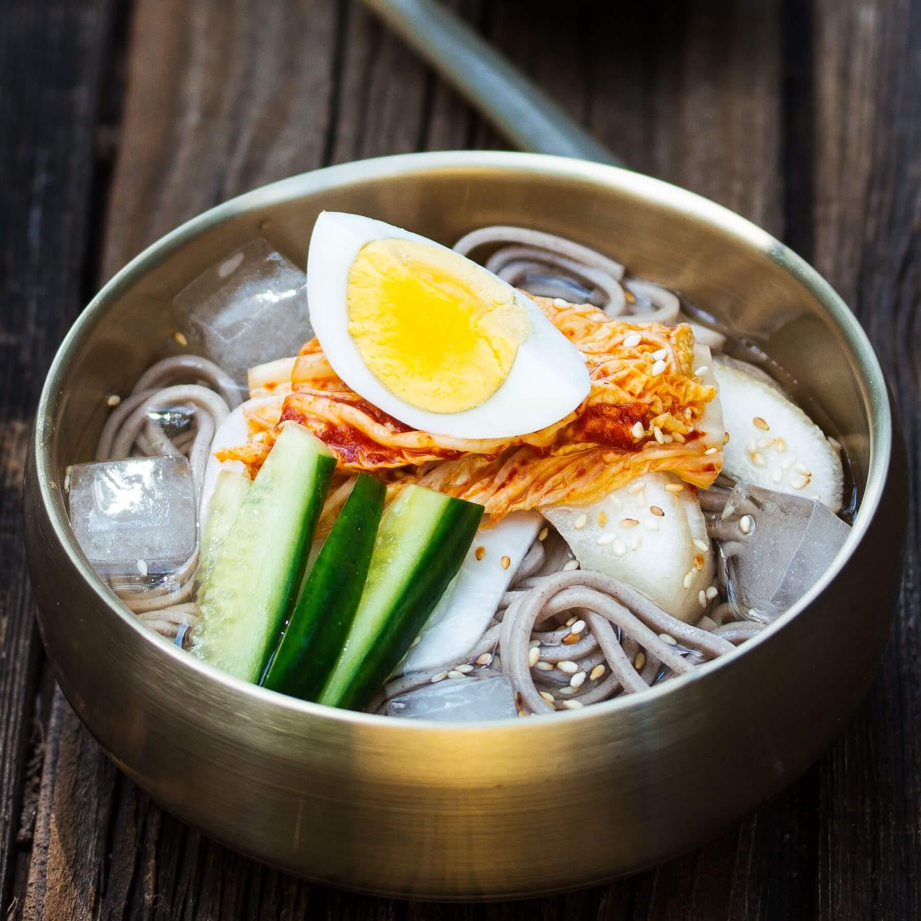 Sommerliche Nudelsuppe aus Korea - Mul-Naengmyeon