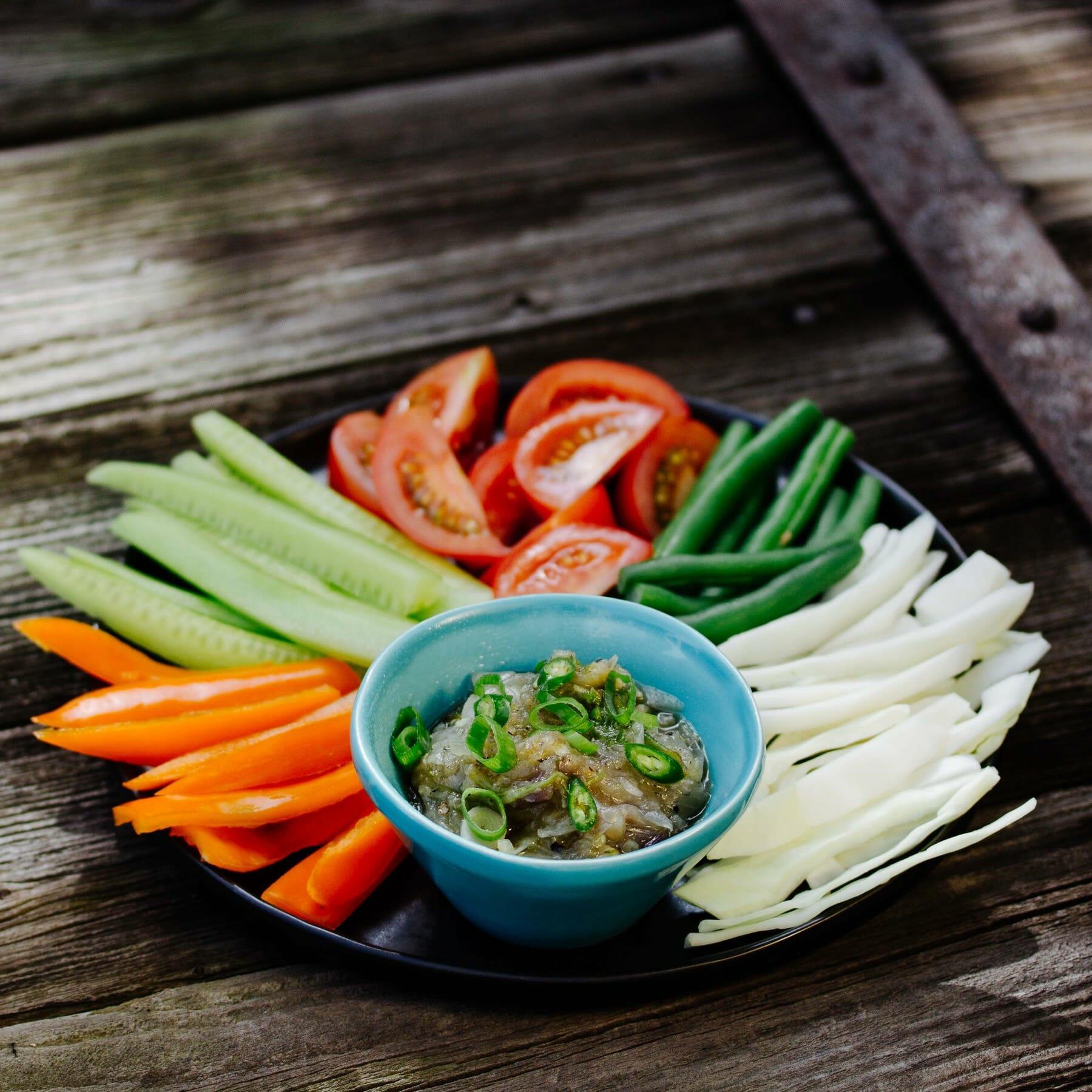 Gegrillter Chili Dip mit rohem Gemüse - Nam Prik Num