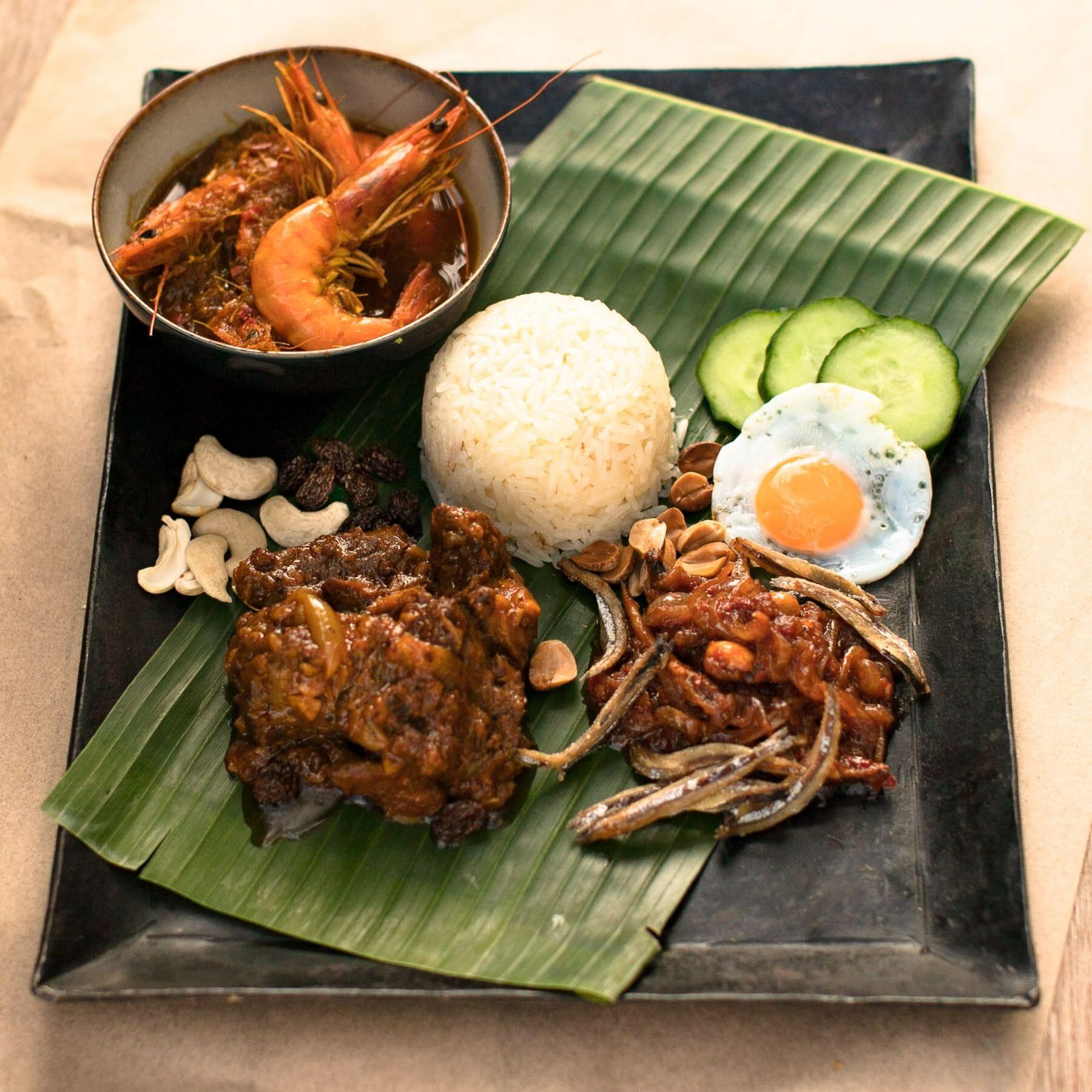 Kokosreis mit Curries und scharfem Sambal aus Malaysia