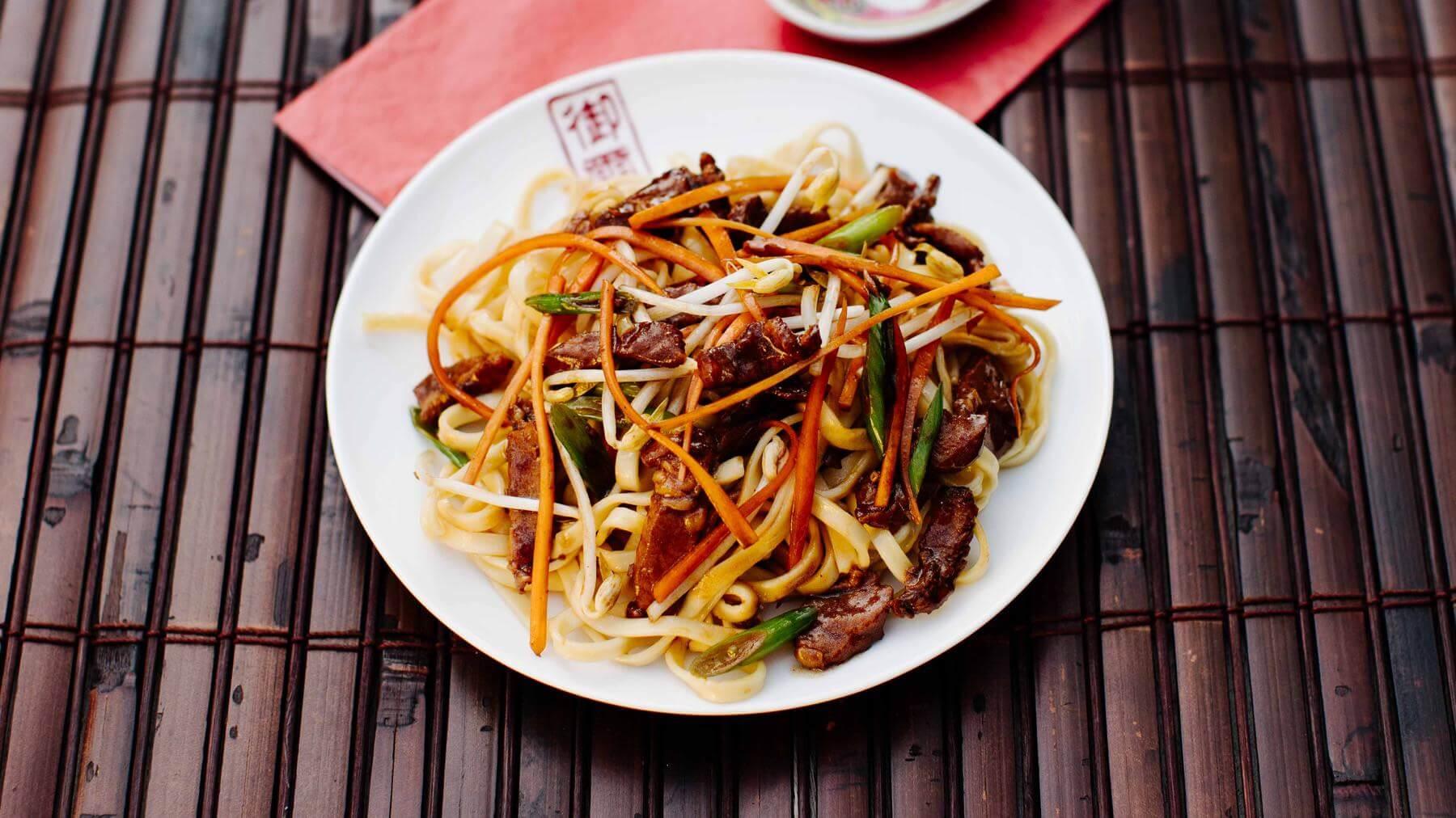 Gebratene Nudeln aus dem Wok mit Schweinefleisch – Zhu Rou Chao Mian