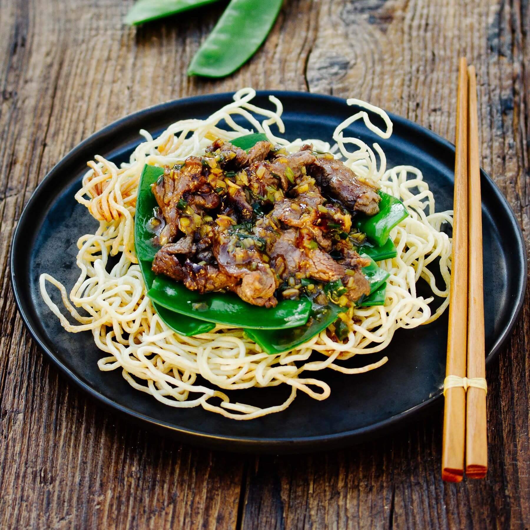 Knusprige Nudeln mit Rindfleisch aus dem Wok - Niu Rou Chao Mian