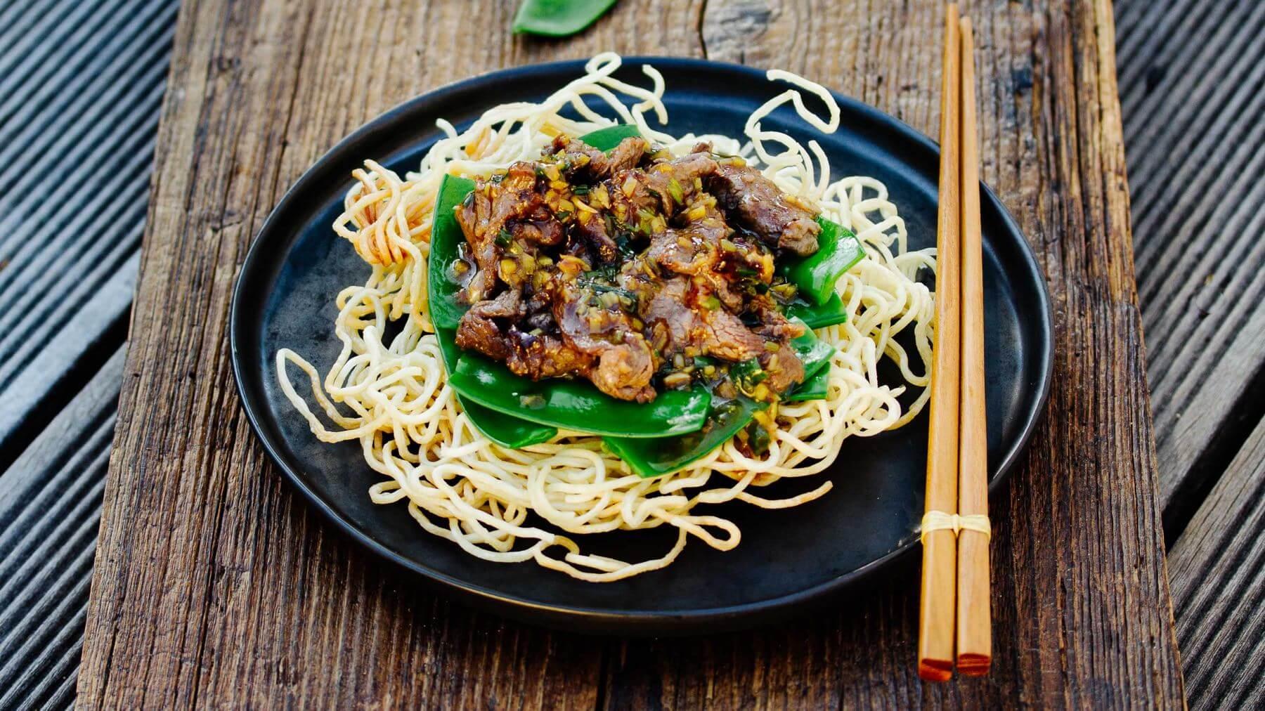 Knusprige Nudeln mit Rindfleisch aus dem Wok – Niu Rou Chao Mian