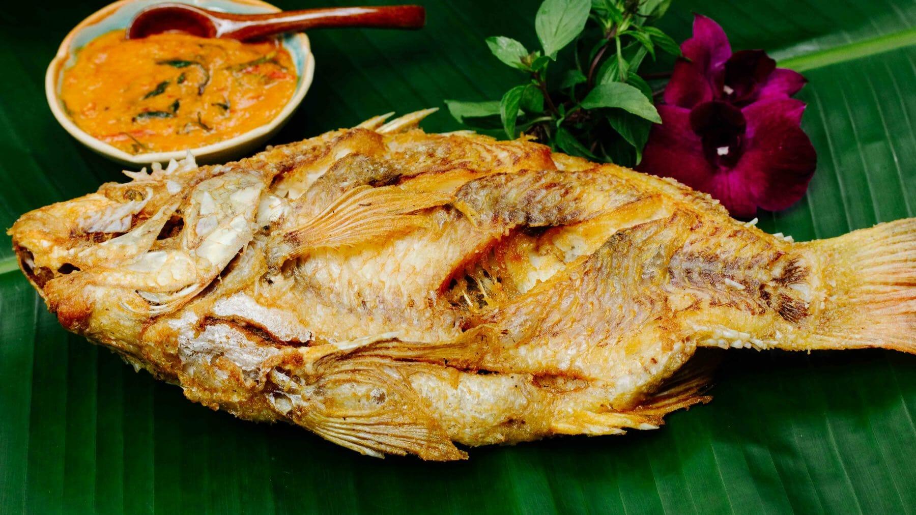 Panang Curry mit frittiertem Fisch - Gaeng Panang Plaa Thawt