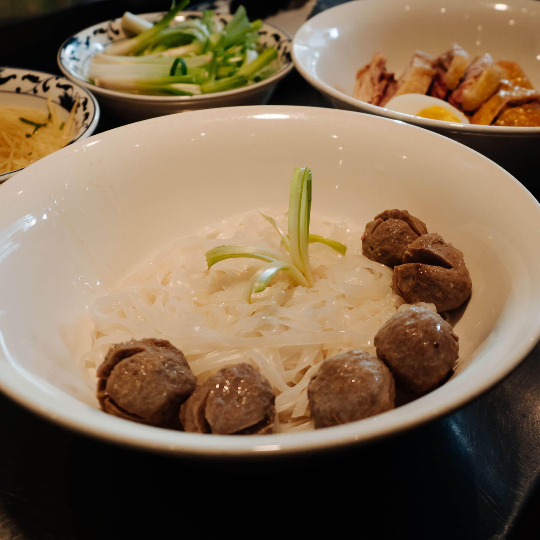 Wie macht man Fleischbällchen für die Pho Bo Vien?