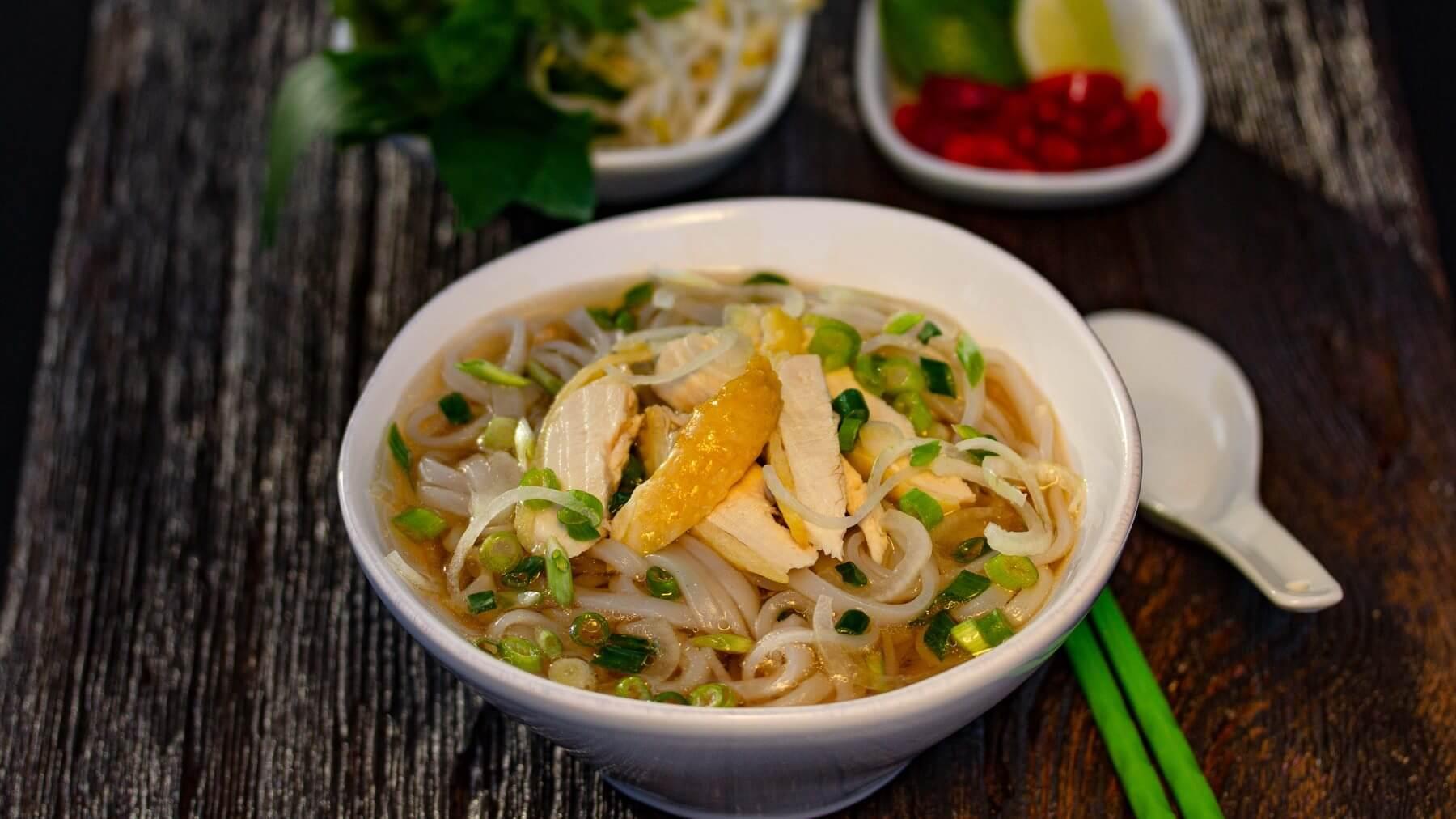 Pho Ga mit Huhn – Vietnamesische Nudelsuppe