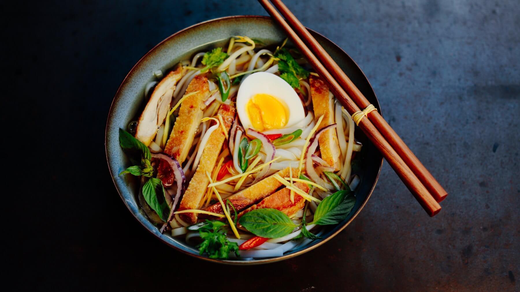 Vietnamesische Reisnudelsuppe mit gegrilltem Hähnchen