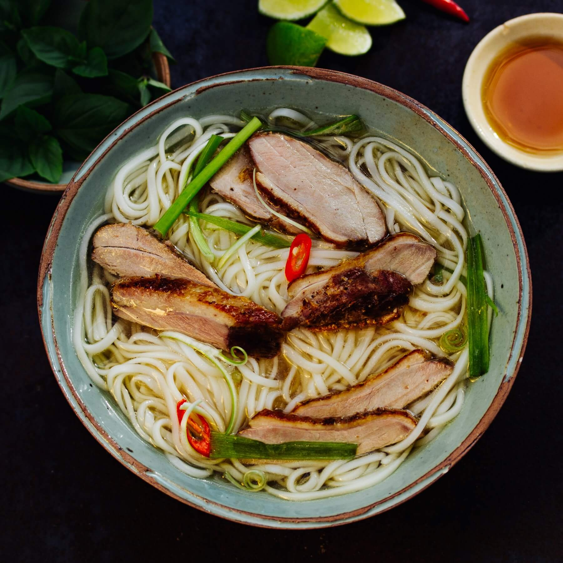 Vietnamesische Nudelsuppe mit Ente
