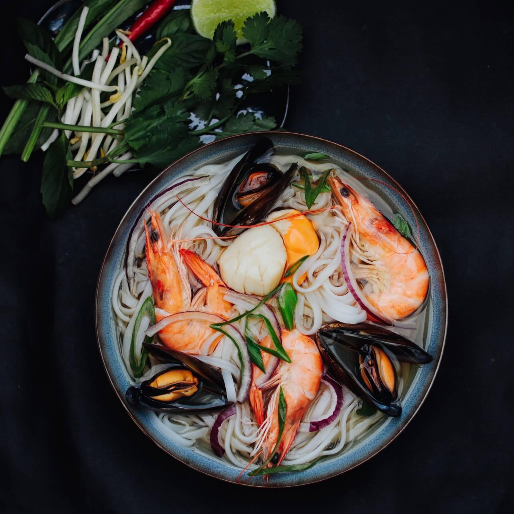 Vietnamesische Pho mit Meeresfrüchten