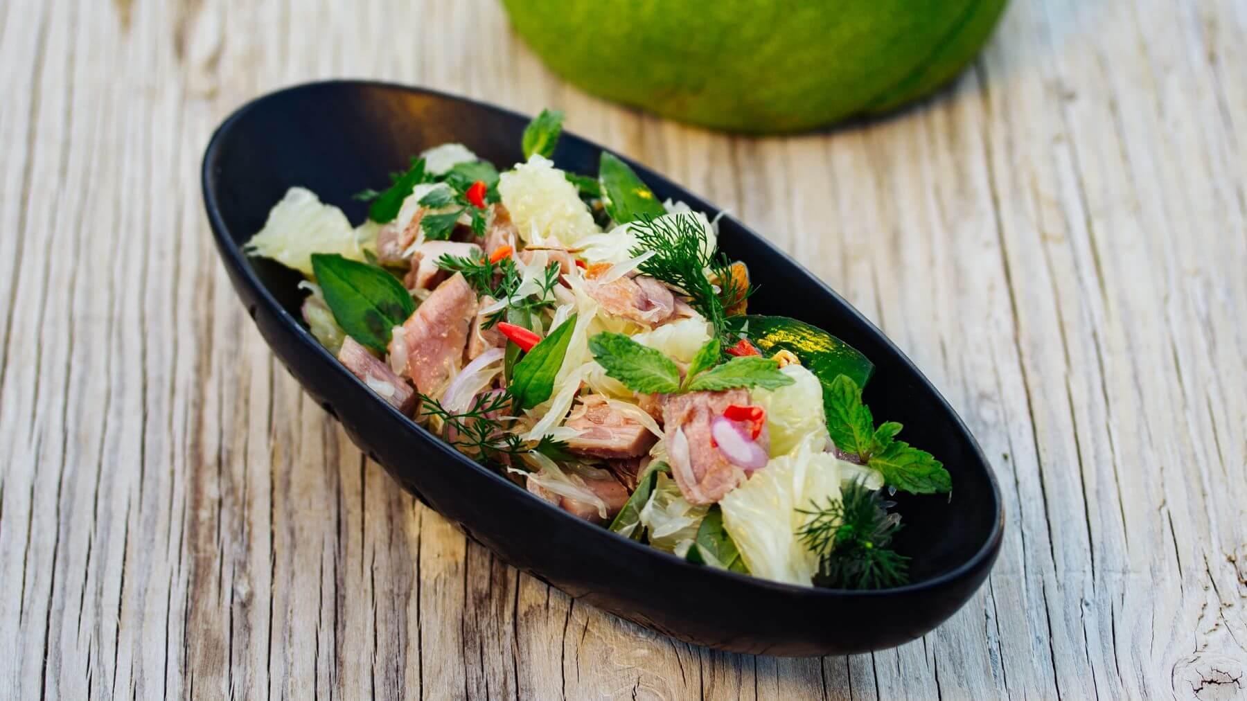 Vietnamesischer Pomelo-Salat mit gegrilltem Tunfisch