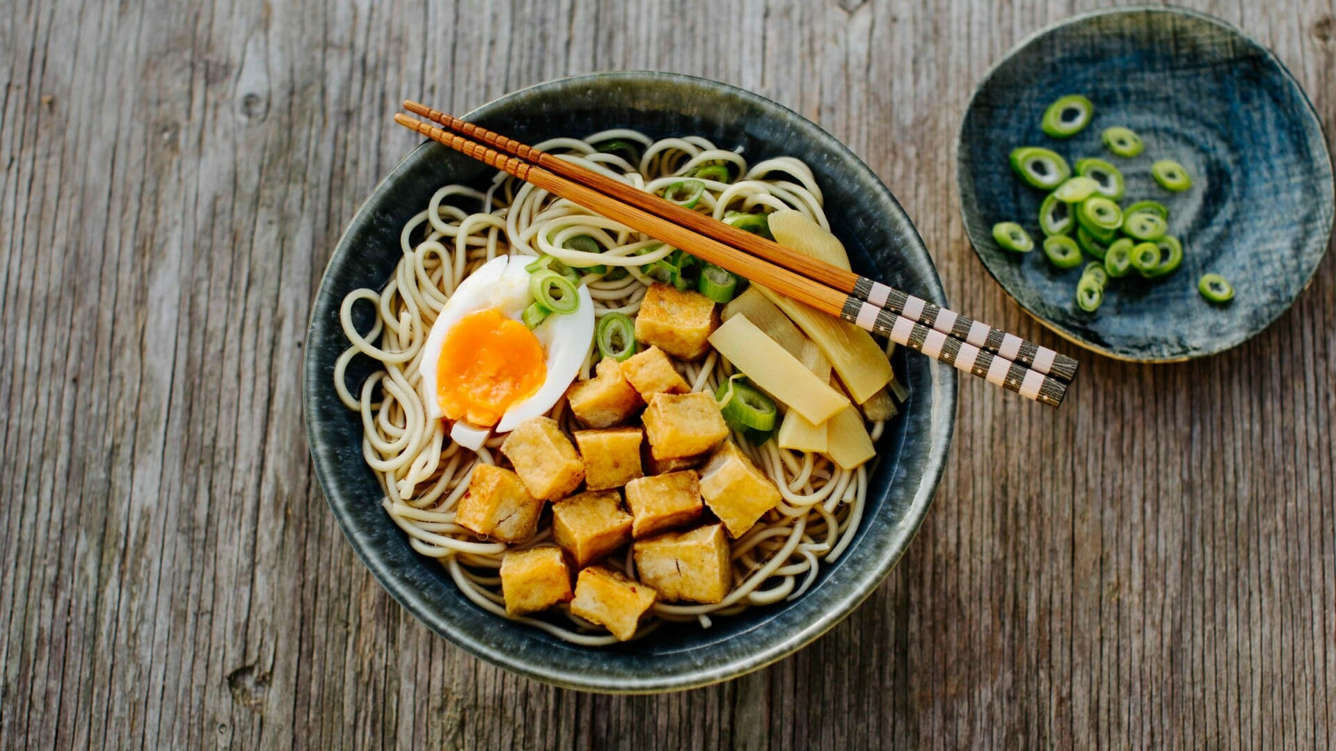 Shoyu-Ramen mit frittiertem Tofu, Bambussprossen und Ei