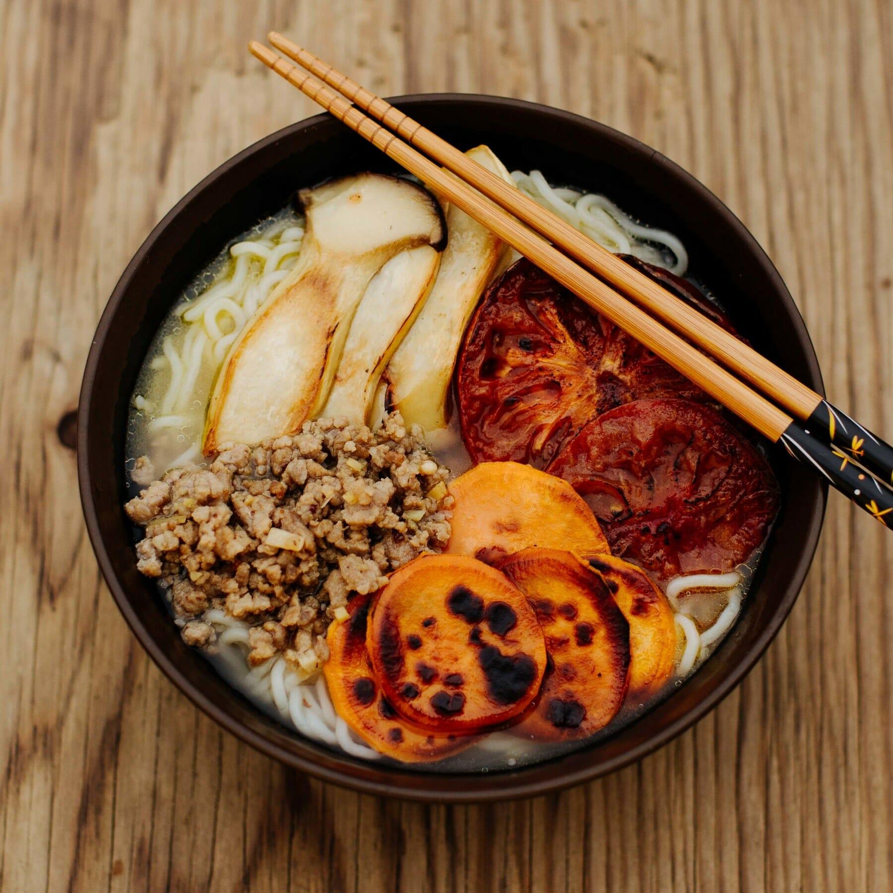 Miso-Ramen mit gegrilltem Gemüse und Szechuan-Ingwer-Hackfleisch