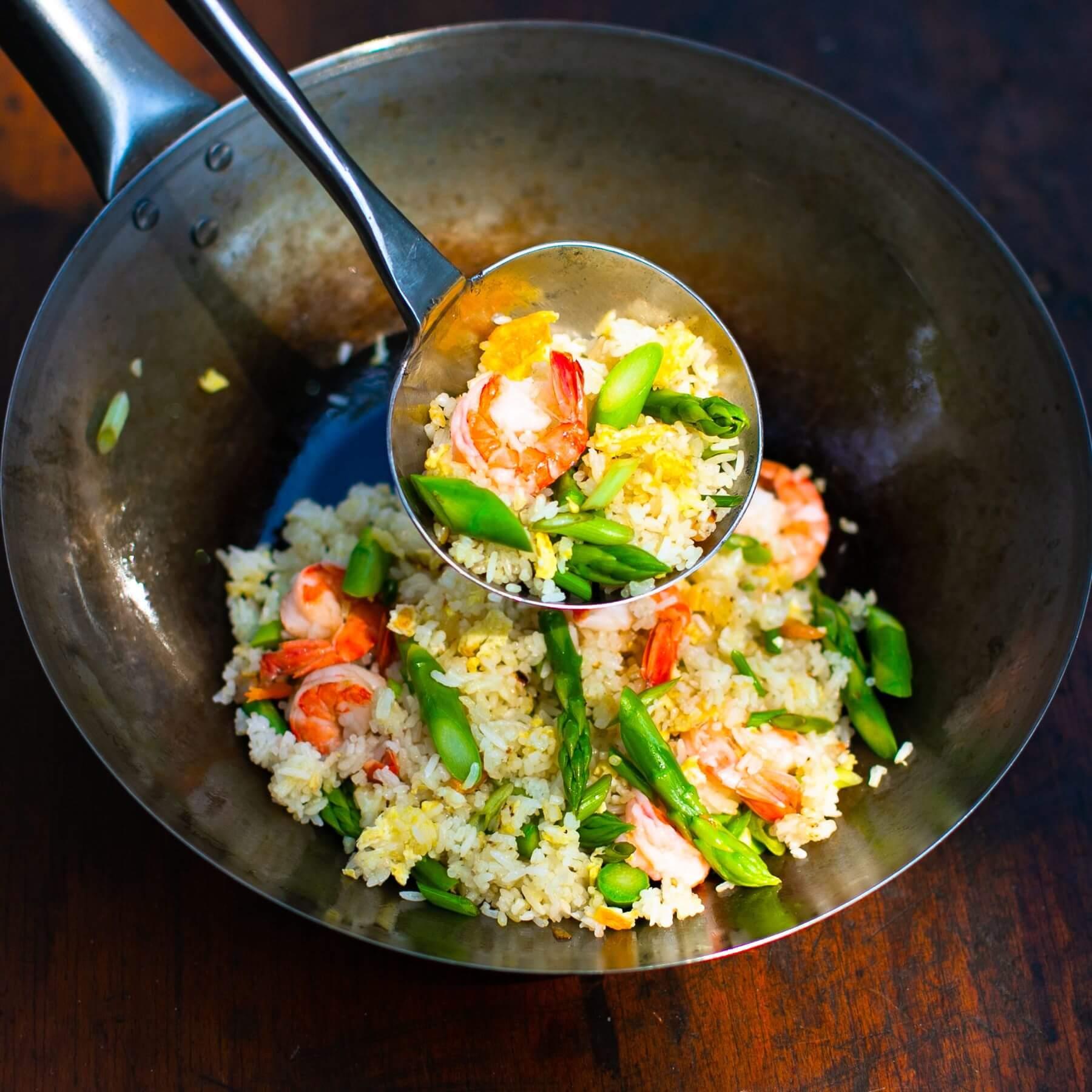 Gebratener Reis mit grünem Spargel aus dem Wok