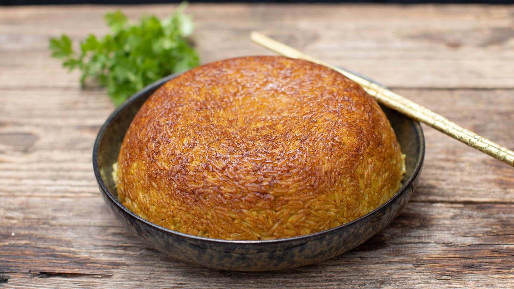 Reis im Tontopf mit Kardamom und Kurkuma