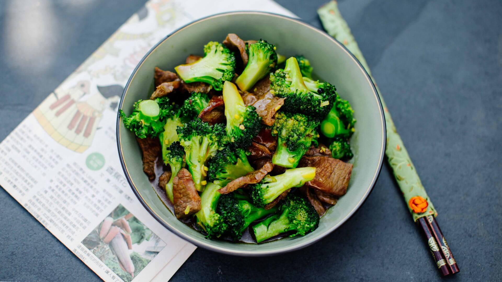 Rindfleisch aus dem Wok mit Austernsauce und Brokkoli
