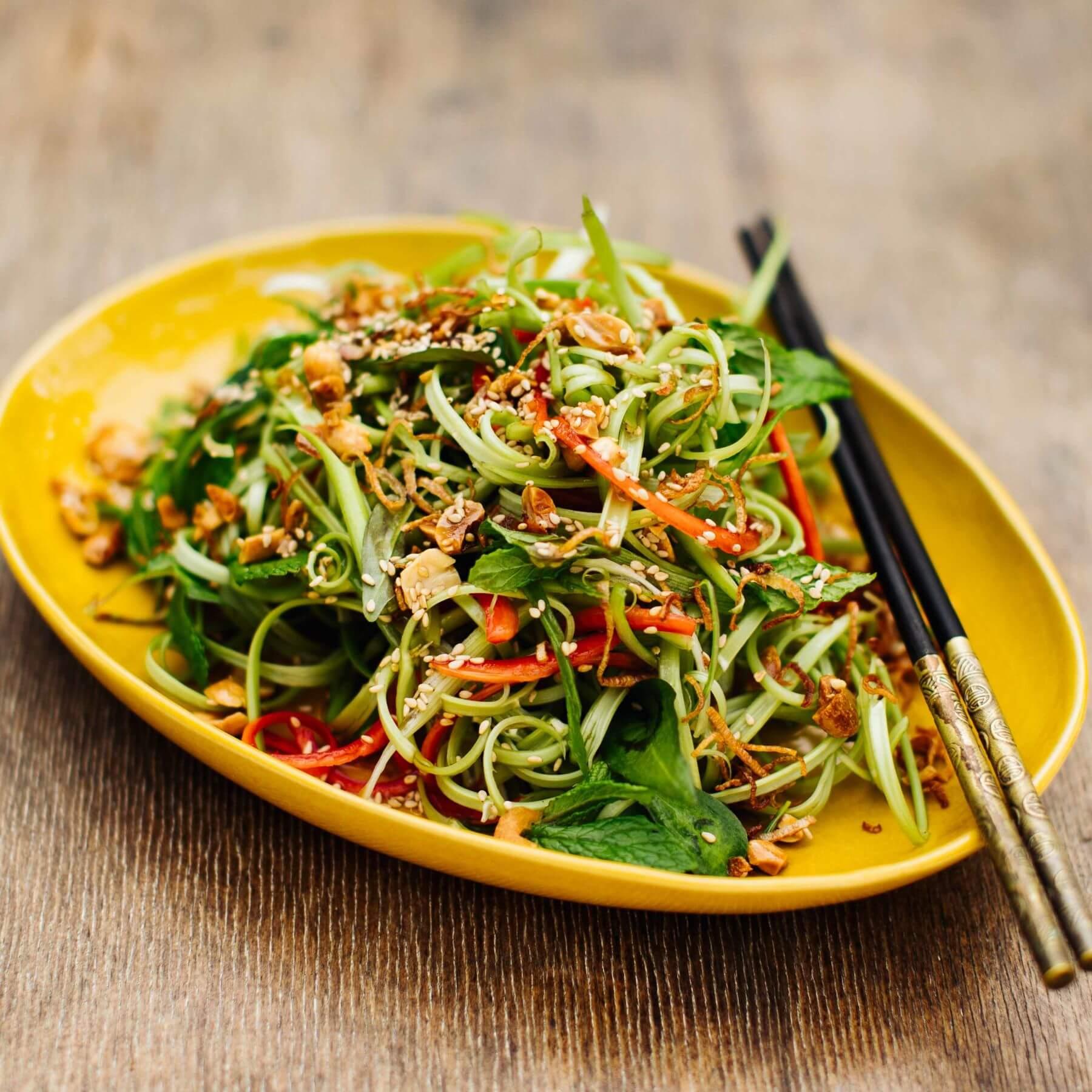 Wasserspinat Salat mit Sesam und Erdnüssen