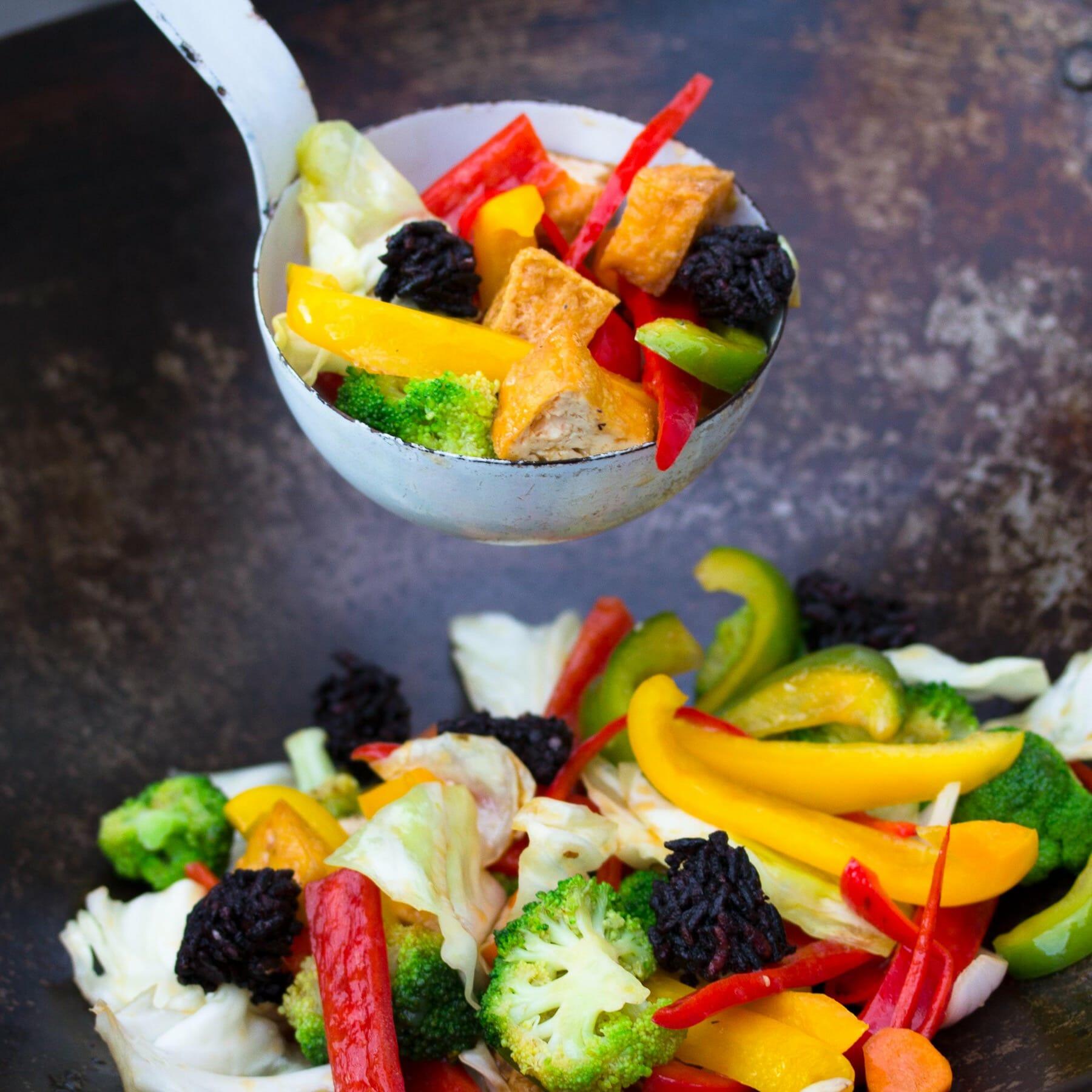 Gemüse im Wok mit Tofu und knusprigem Reis