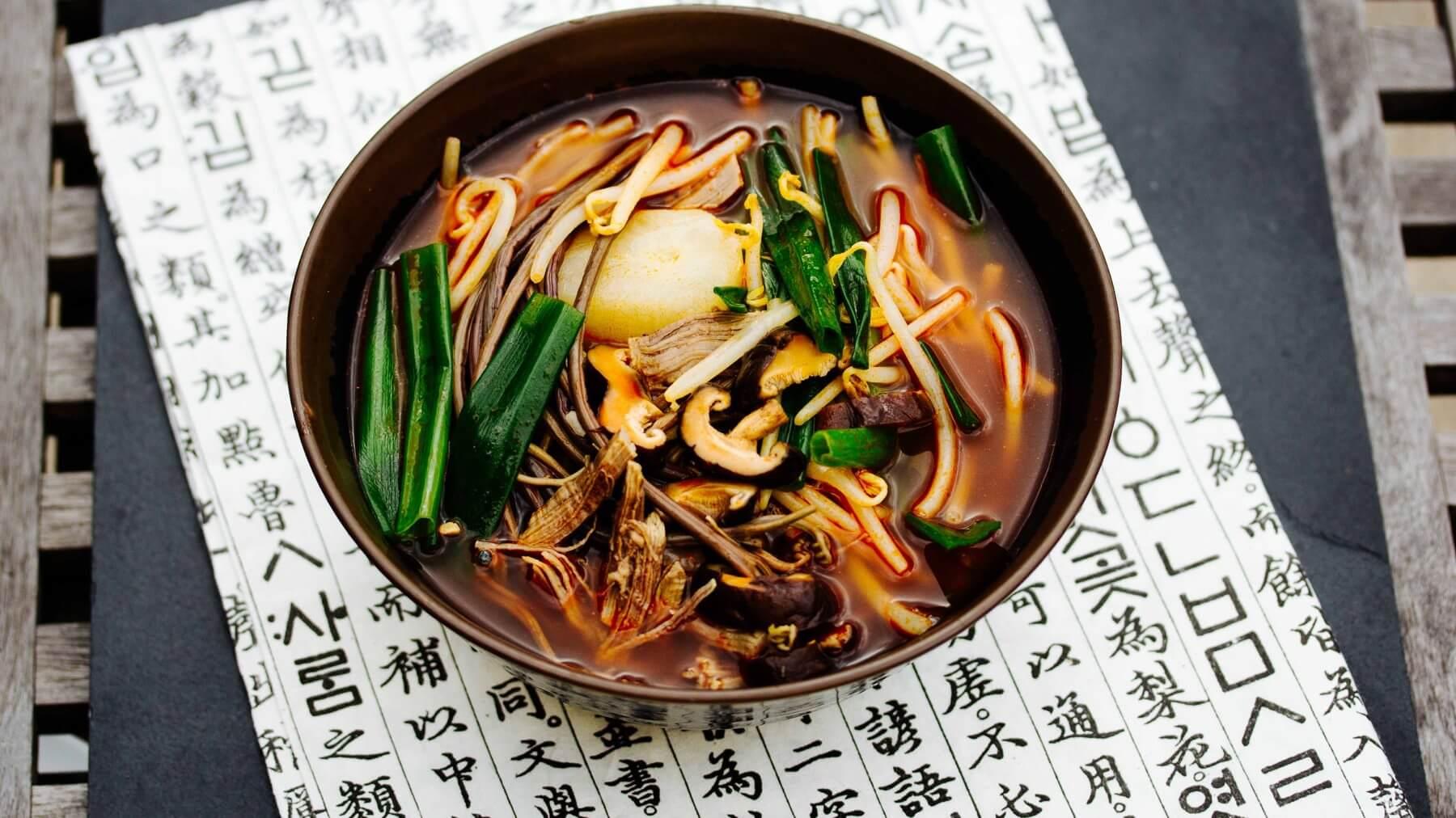 Scharfe Gemüsesuppe mit Rindfleisch aus Korea – Yukgaejang