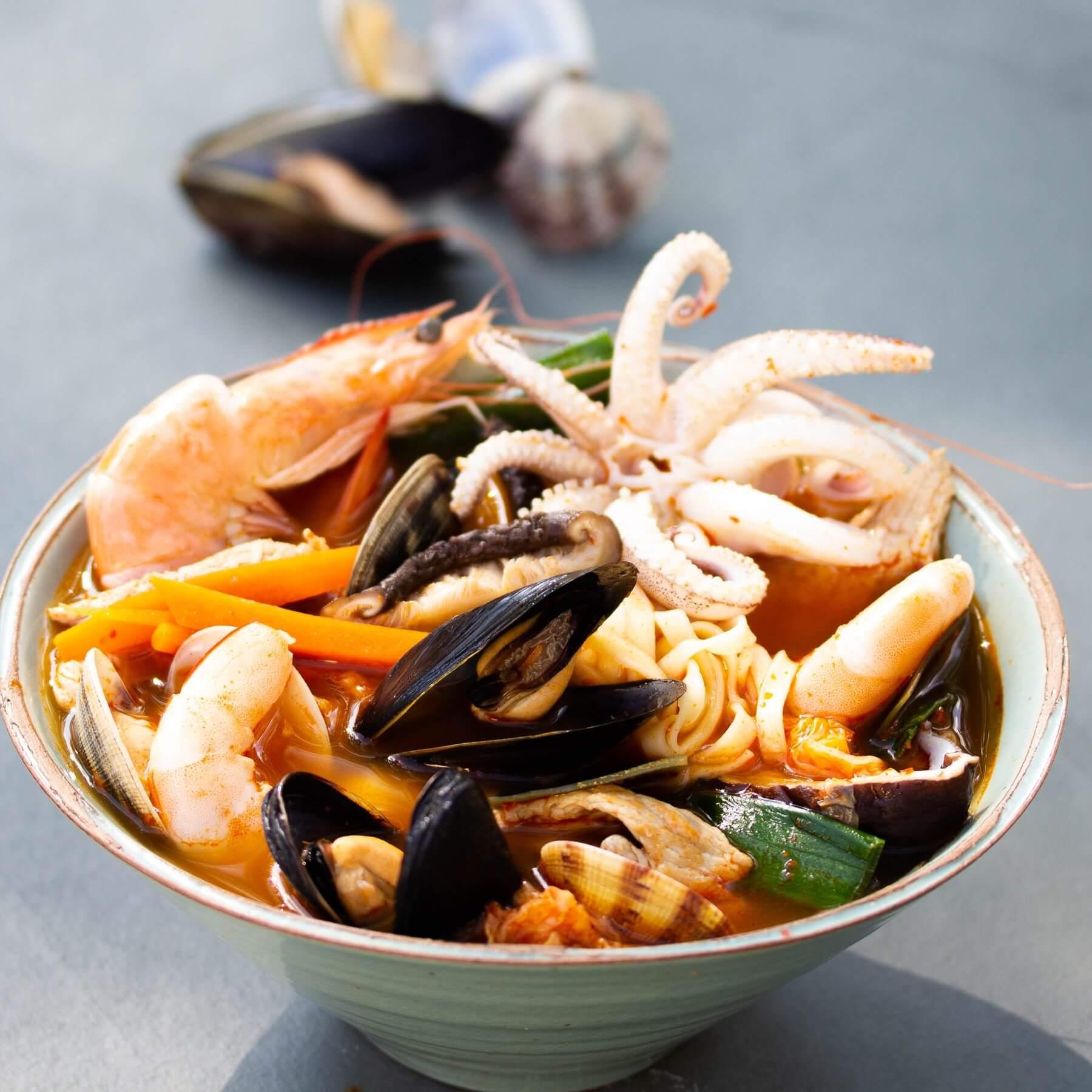 Scharfe Suppe mit Meeresfrüchten - Jjampong
